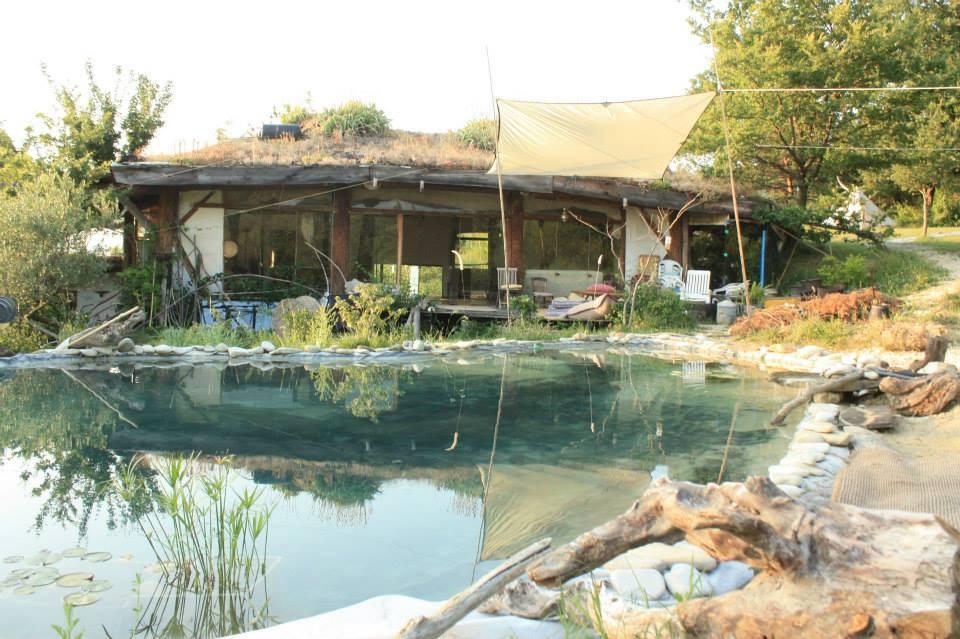 salle et bassin d'eau naturel
